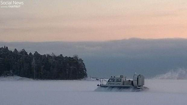 EU tukee saaristoasumista Euroopan eri kolkissa. Yksi merkittävä tukimuoto on liikenteen tukeminen. Turun saaristossa ja myös Sipoon-Porvoon saaristossa liikennettä hoidetaan ympärivuotisesti aikataulun mukaan kulkevilla aluksilla, talvisin kuvan mukaisilla hydrokoptereilla, kesäisin tilavilla vesikulkuneuvoilla. Kuljetushinnat vastaavat lähiliikennehintoja, ei paha. Kuva ja teksti Pekka Tammisto